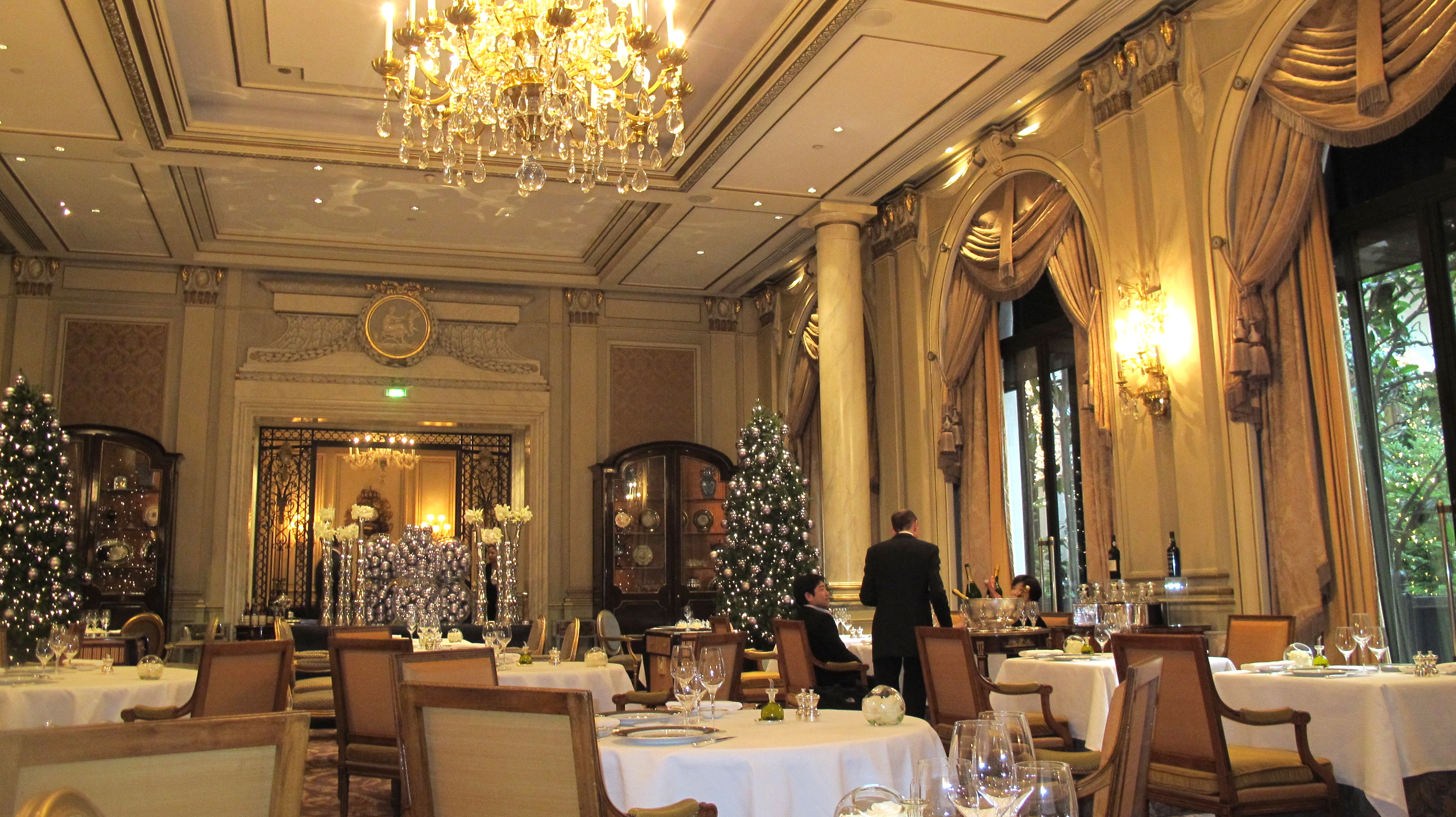 La femme mange an anniversary lunch at le cinq lafemmemange for Hotel george v jardins